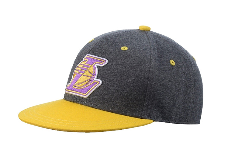 7c1c25600f06a Adidas Original NBA Gorra Lakers Fitted (gris amarillo)
